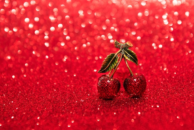 Bijoux couple de cerises sur fond rouge