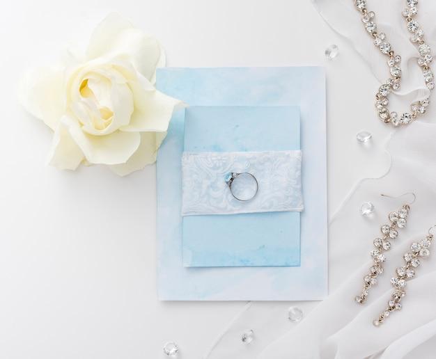 Bijoux élégants pour mariée sur table