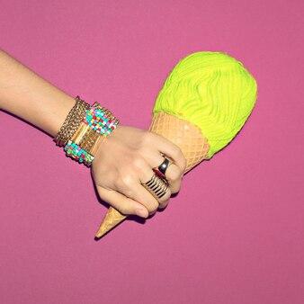 Bijoux d'été lumineux. bracelets et bagues. soyez la dame de la mode.