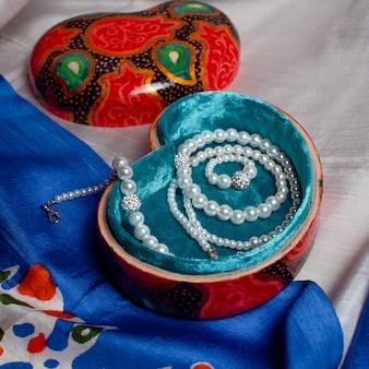 Bijoux à l'intérieur d'une boîte cadeau artisanale rouge. photo de haute qualité
