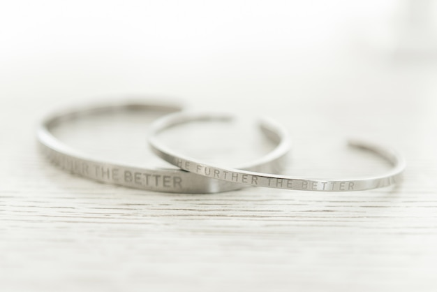 Bijoux de mariage pour femmes sur fond clair, mise au point sélective