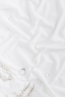 Bijoux de mariée élégants avec copie-espace