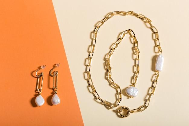 Bijoux pour femmes. bijoux à la mode sur fond coloré. mise à plat, vue de dessus.
