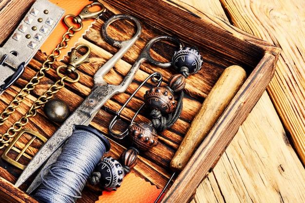 Bijoux rétro et outils rétro
