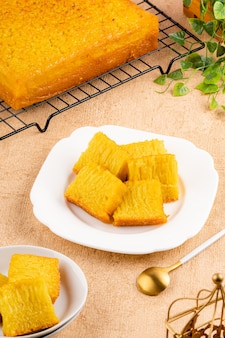 Bika ambon ou golden cake ou golden kuih bingka à singapour est un dessert indonésien