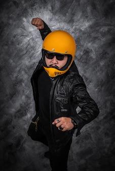 Biker homme en casque de moto et veste en cuir noir