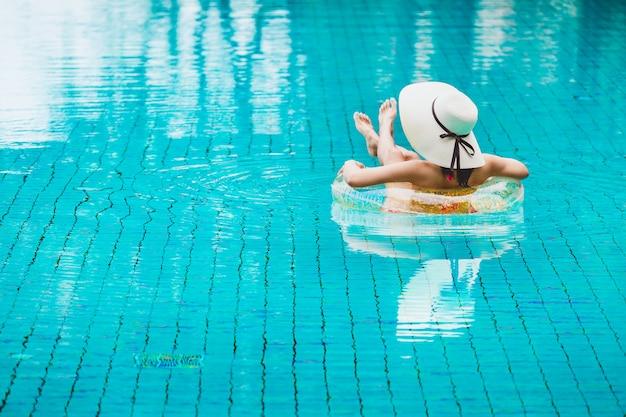Bikini femme détente sur flotteur de piscine