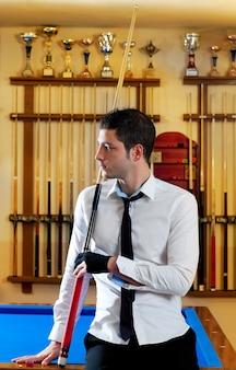Billard beau jeune homme avec queue de chemise et cravate