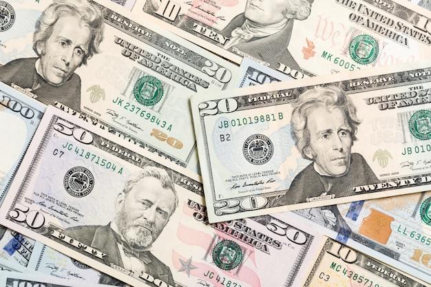 Billet de 20 dollars sur divers projets de loi en dollars américains vue de dessus des affaires avec fond