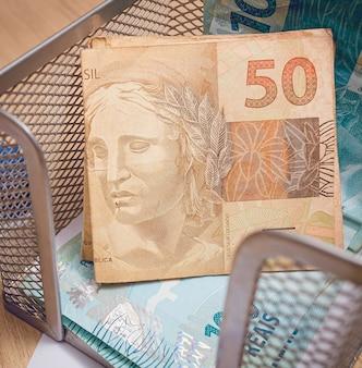 Billet de 50 reais du real brésilien en photographie rapprochée
