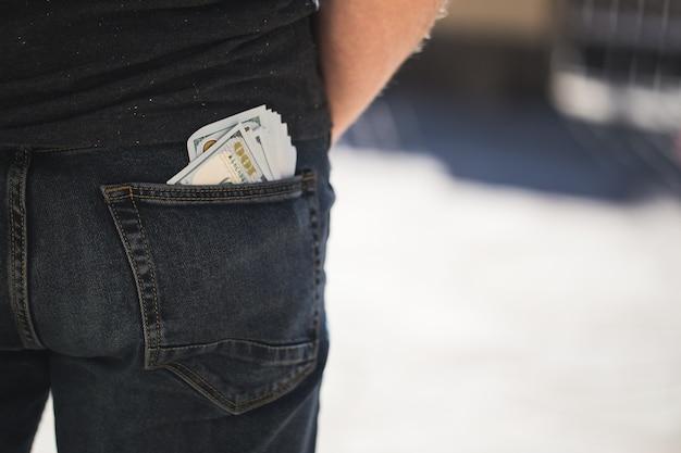 Billet de banque en dollars américains dans la poche