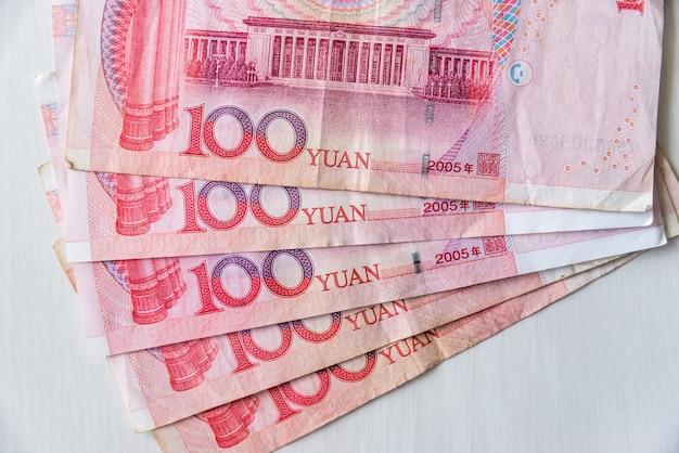 Billet chinois yuan décomposé en éventail sur table en bois