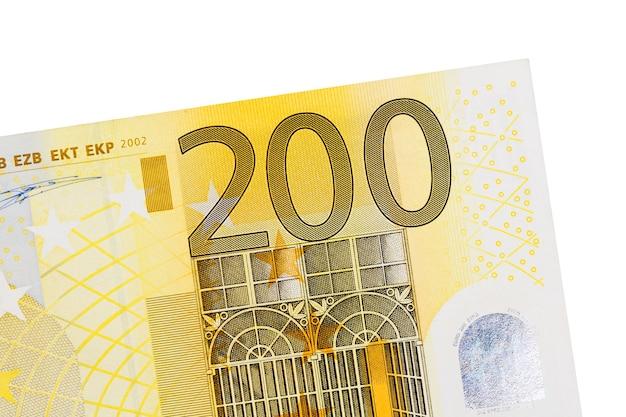 Billet de deux cents euros isolé sur fond blanc. photo haute résolution.
