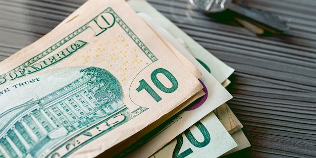 Un billet d'un dollar américain en gros plan photo avec fond en bois