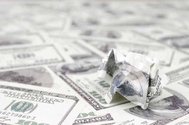 Le billet d'un dollar froissé des états-unis repose sur le jeu des bons billets