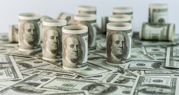 Billet de papier américain de cent dollars.