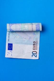 Un billet de vingt euros froissé.