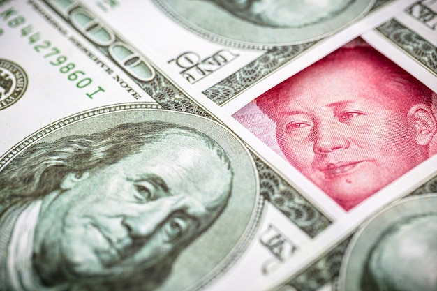 Billet de yuan, entouré de billets de 100 dollars
