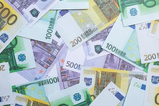 Billets de 100 euros, 200 euros et 500 euros.