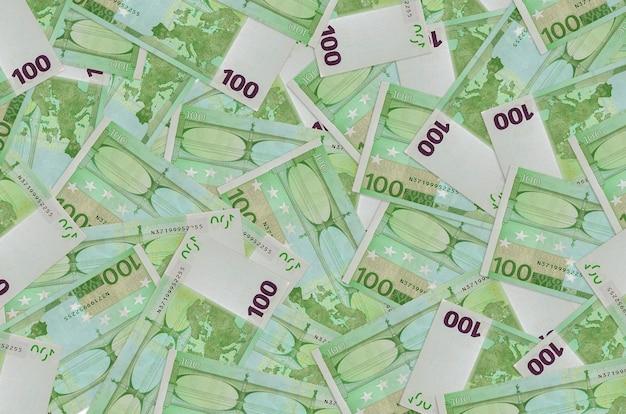 Les billets de 100 euros se trouvent en gros tas. mur conceptuel de vie riche. une grosse somme d'argent