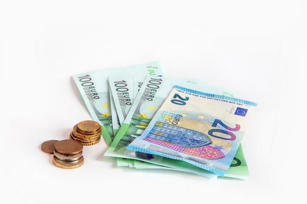Billets de 20 et 100 euros et cents sur fond blanc isolé. économie. union européenne.
