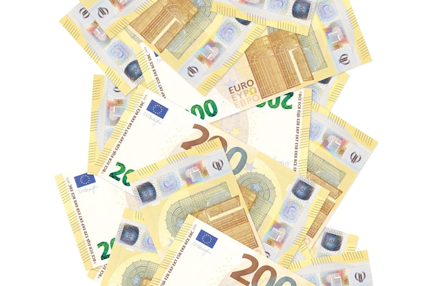 Billets de 200 euros volant vers le bas isolé sur blanc. de nombreux billets tombant avec espace copie blanche sur le côté gauche et droit