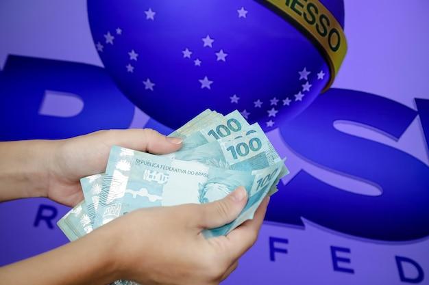 Billets de 50 et 100 reais brésiliens
