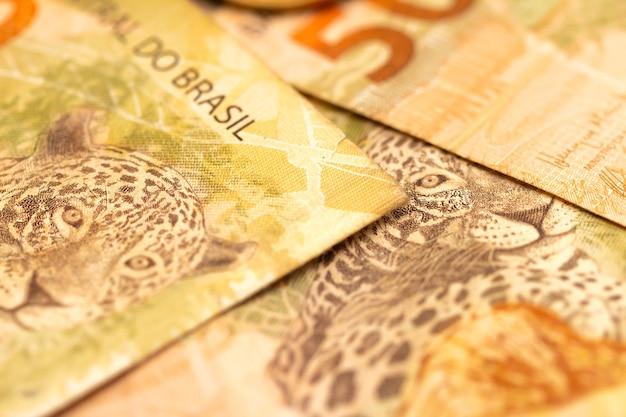 Billets de 50 reais en real brésilien en macrophotographie