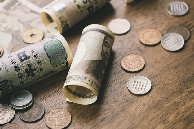 Billets d'argent yen japonais et pièces de monnaie sur la table en bois