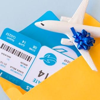 Billets d'avion dans un porte-documents à proximité d'un avion