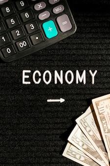 Billets de banque et calculatrice économiques