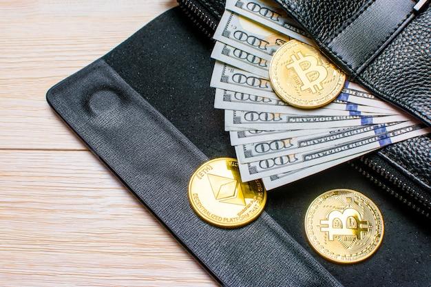 Billets de banque cent dollars sortant du sac en cuir noir de l'homme