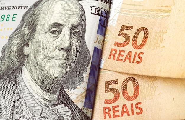 Billets de banque réels brésiliens et billets de banque en dollars pour le concept de marché des changes