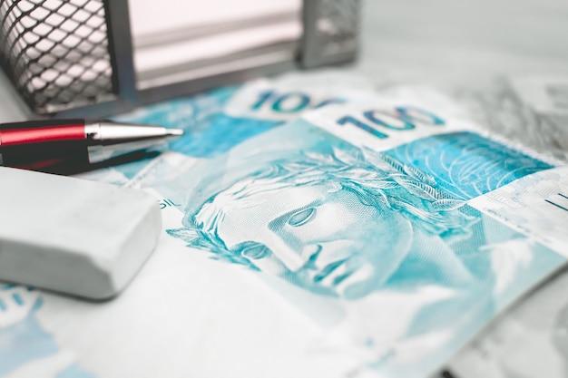 Billets de banque réels brésiliens dans la photographie de plan rapproché pour le concept d'économie brésilienne