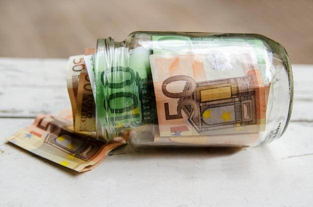 Billets de billets de banque de papier d'argent européen en pot de verre