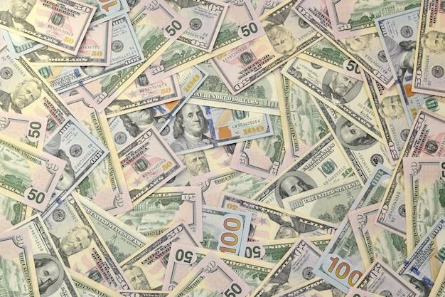 Billets de cent cinquante dollars empilés