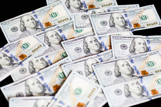 Billets de cent dollars sur fond noir