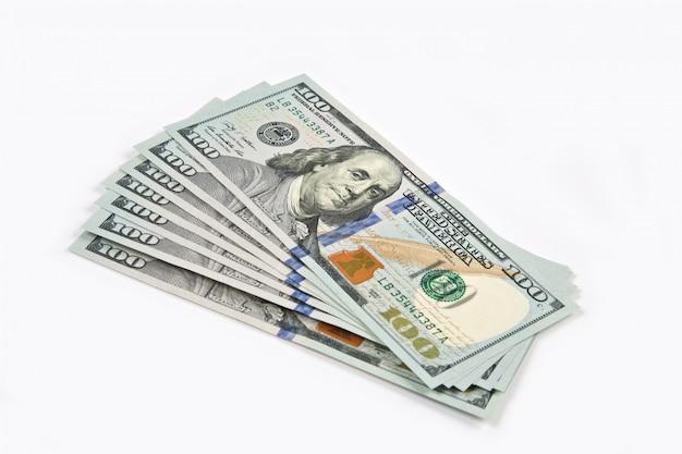 Billets de cent dollars isolés sur blanc