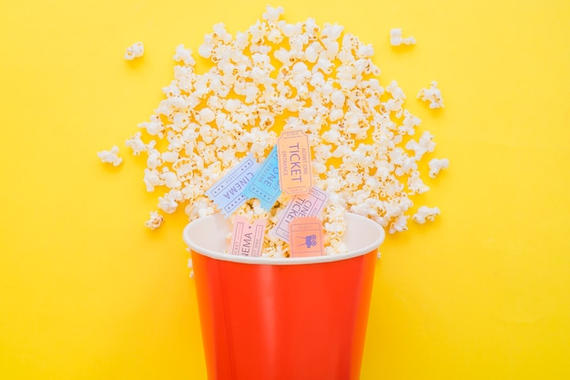 Billets de cinéma au seau de pop-corn