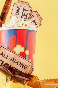 Billets de cinéma, bandes de film et pop-corn
