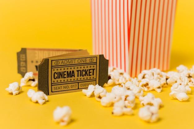 Billets de cinéma en gros plan et pop-corn