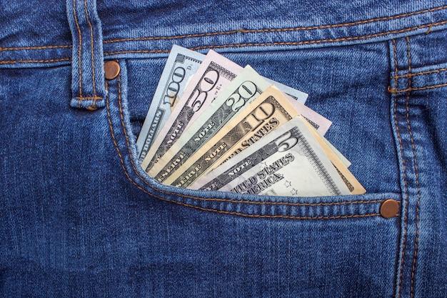 Billets d'un dollar américain dans la poche d'un jean