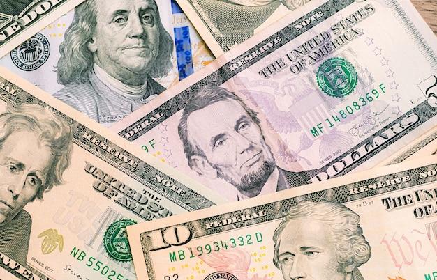 Billets d'un dollar américain éparpillés sur une table