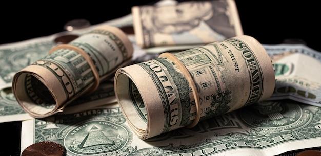 Billets d'un dollar américain en gros plan dans un environnement sombre