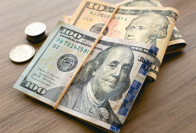 Billets d'un dollar américain sur des meubles en bois dans la photographie en gros plan