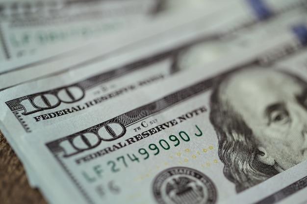 Billets d'un dollar américain répartis sur la vieille table en bois