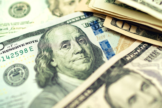 Billets d'un dollar américain sur une table en bois en photographie gros plan