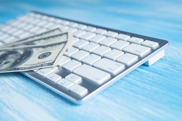 Billets d'un dollar sur le clavier