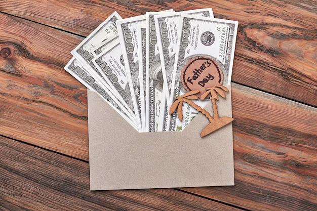 Billets d'un dollar dans l'enveloppe. carte de voeux pour la fête des pères. détente en vacances.