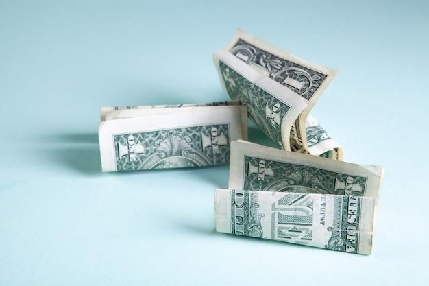 Billets d'un dollar froissés sur la table